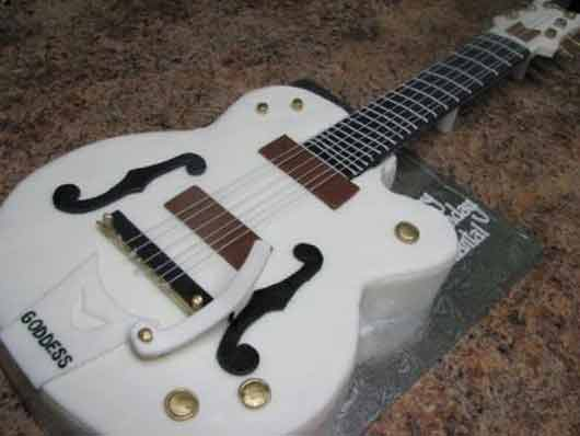 Торт в виде электрогитары Gretsch White Falcon