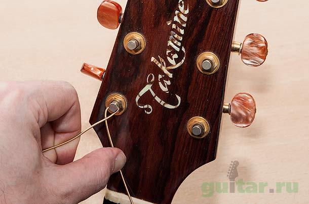 Натягиваем струну на гитару