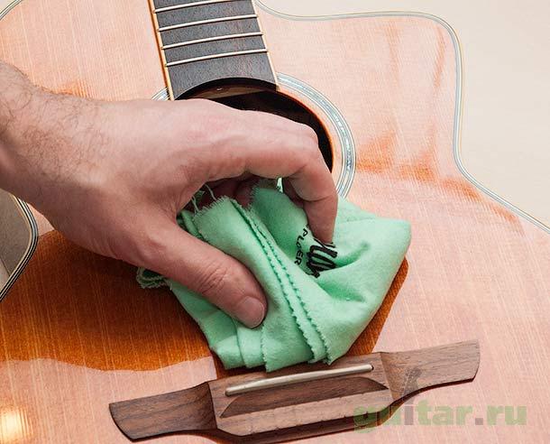 Перед заменой струн протрите гитару